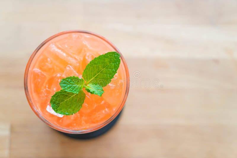 med is jordgubbe och orange fruktsaft royaltyfria foton