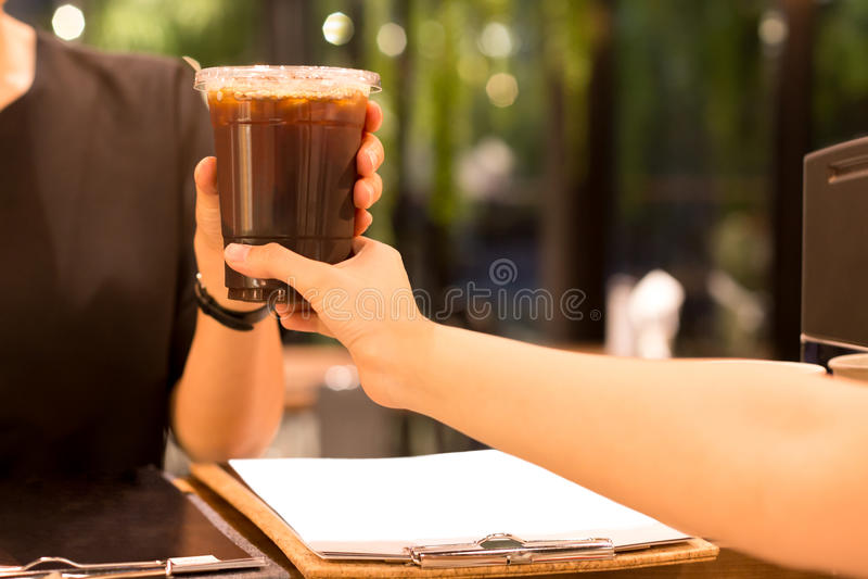 Med is kaffe för Barista hand till kunden royaltyfria bilder