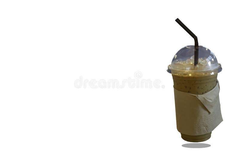 Med is kaffe i ett plast- exponeringsglas på en vit bakgrund med urklippbanan royaltyfri bild