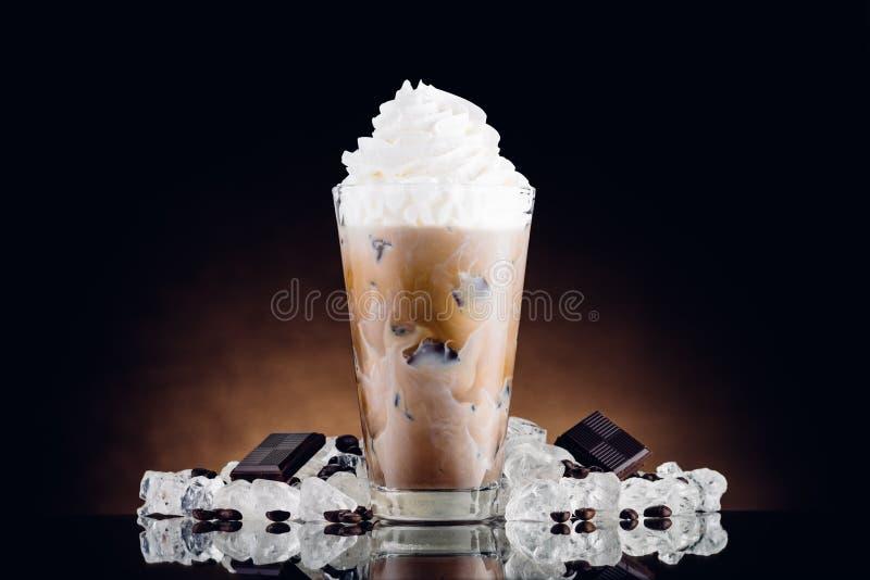 Med is kaffe i exponeringsglas och krossad is arkivbilder