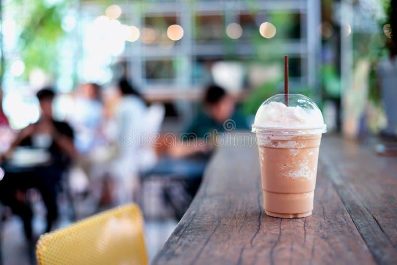 Med is kaffe i takeaway kopp Kall drink vid caffelatte arkivfoton