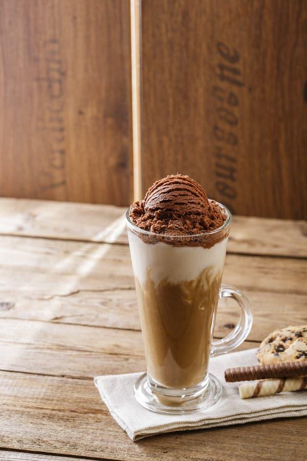 Med is kaffe med mjölkar arkivfoto