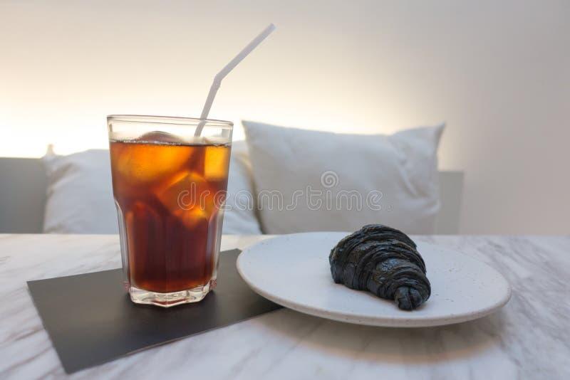 med is kaffe och svart färggiffel fotografering för bildbyråer