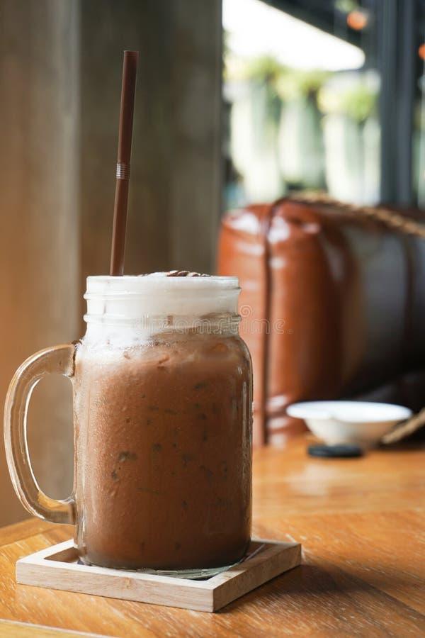 Med is kakao i exponeringsglaskrus på trätabellen fotografering för bildbyråer