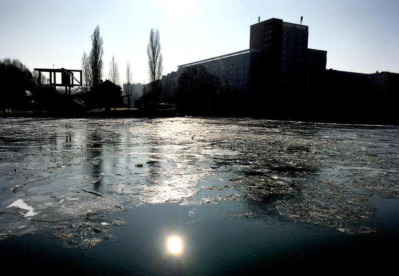 Med is kanal arkivfoton