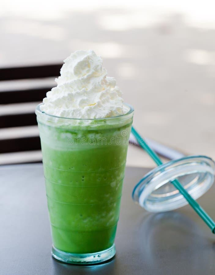 Med is latte för grönt te för matcha, frappekopieringsutrymme arkivfoton