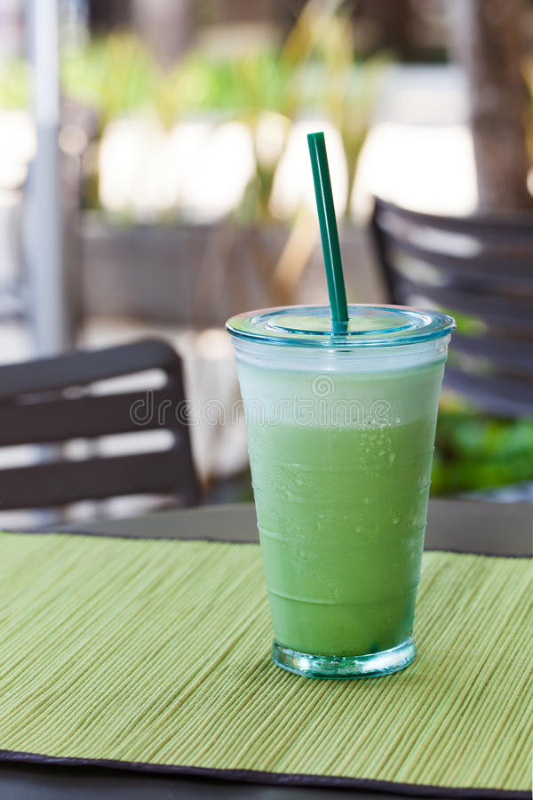 Med is latte för grönt te för matcha, frappekopieringsutrymme royaltyfri fotografi