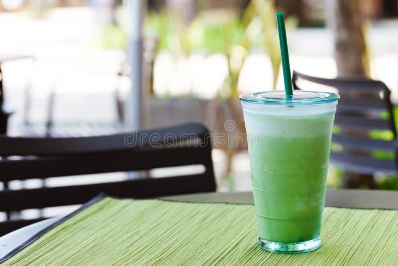 Med is latte för grönt te för matcha, frappekopieringsutrymme arkivbilder