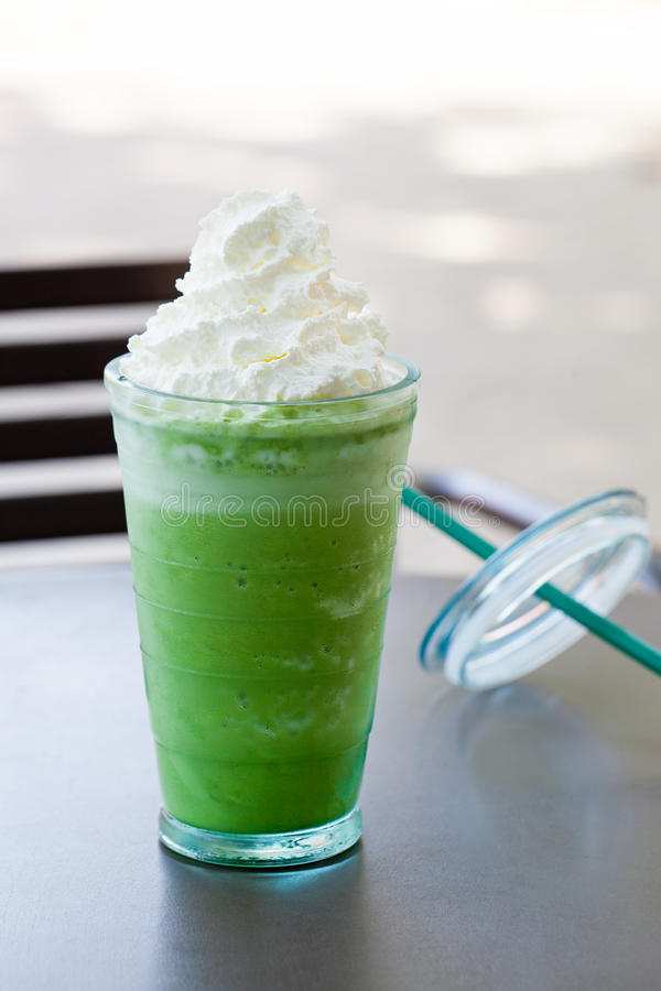 Med is latte för grönt te för matcha, frappekopieringsutrymme royaltyfri foto