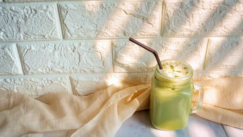 Med is latte f?r gr?nt te fotografering för bildbyråer