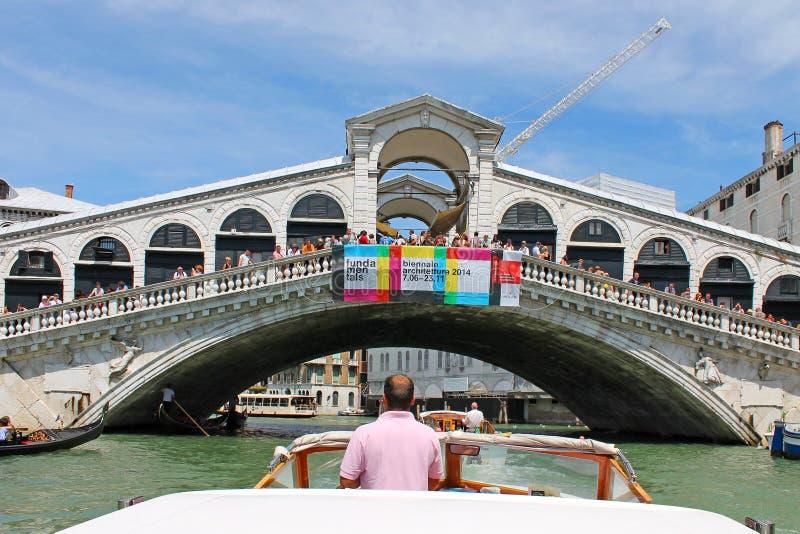 Med motorfartyget på den storslagna kanalen i Venedig Italien arkivfoto