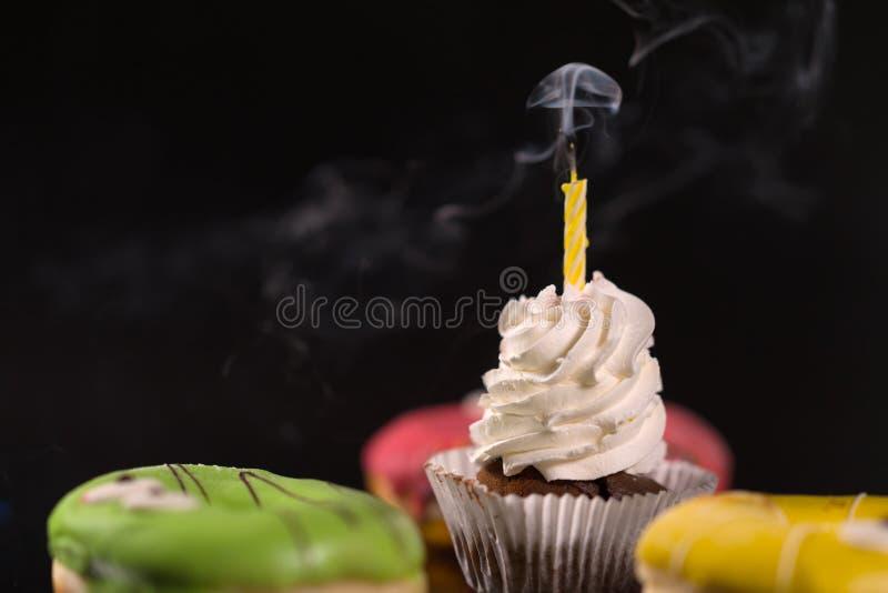 Med is muffin med att röka stearinljuset royaltyfria bilder