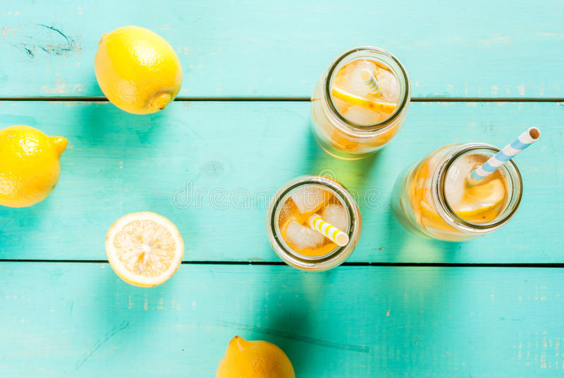 Med is sommarte med citronen arkivbild