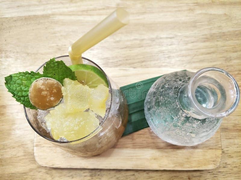 Med is Toddy Palm fruktsaft och sodavatten royaltyfri bild