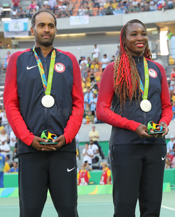 Medagliati di argento Rajeev Ram (l) e Venus Williams degli Stati Uniti durante la cerimonia della medaglia dopo i doppi misti fi immagini stock
