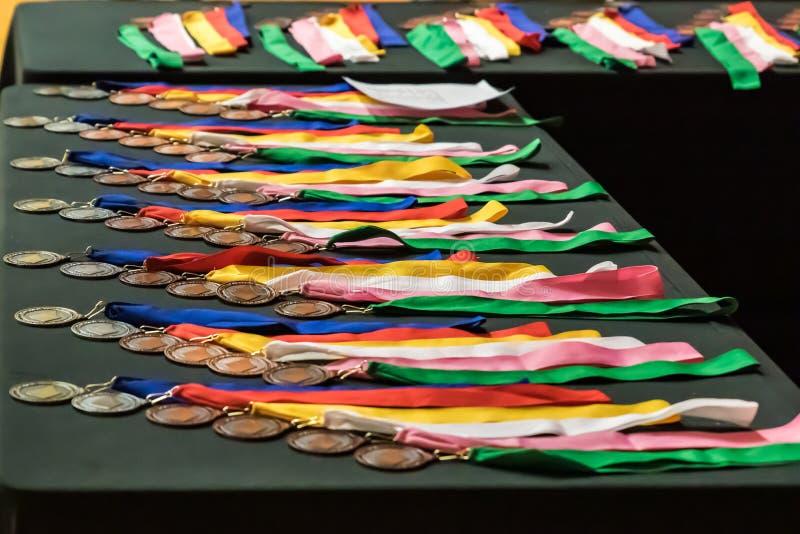 Medaillen auf einer Tabelle lizenzfreie stockfotos