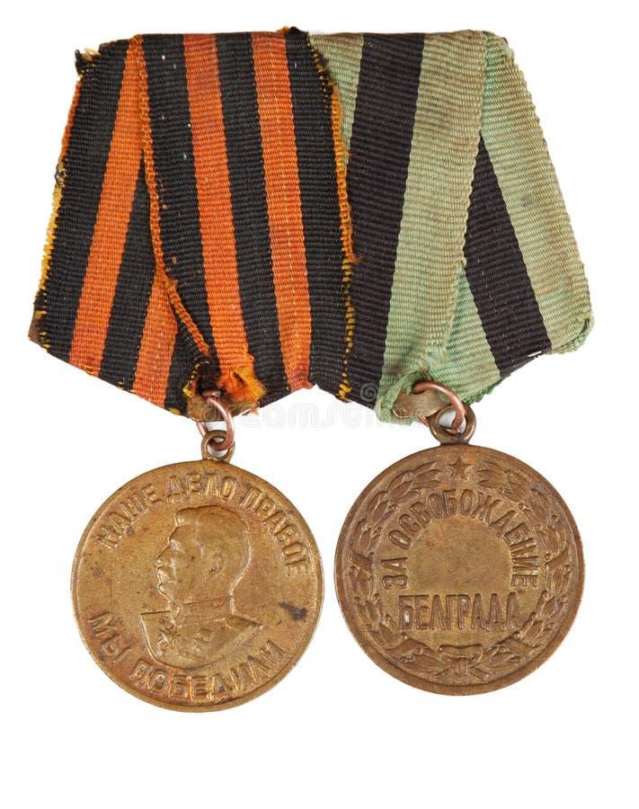 Medaillen für den Sieg über Deutschland und für die Befreiung von Belgrad Lokalisiert auf Weiß Illustrativer Leitartikel lizenzfreie stockbilder