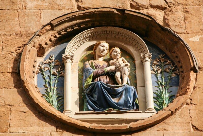Medalhão com a Virgem Maria e a criança foto de stock