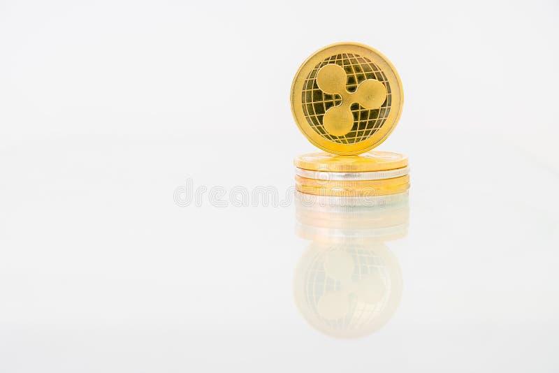 Medalha Golden Ripple com reflexo sobre a mesa, moeda digital em linha Conceito de cadeia de blocos, empresa de mercado fotos de stock royalty free