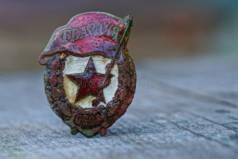 Medalha soviética das velhas guardas em uma tabela cinzenta imagens de stock royalty free