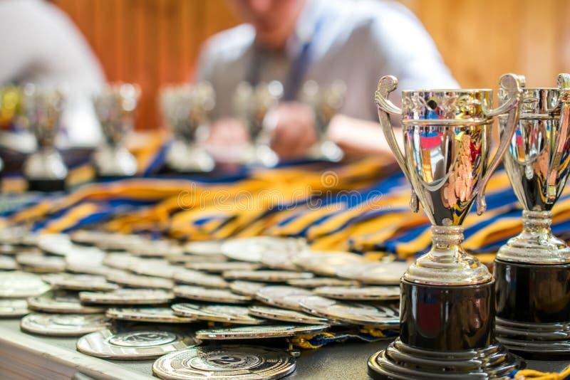medalhas e troféus dos esportes, vitória e prêmios fotografia de stock