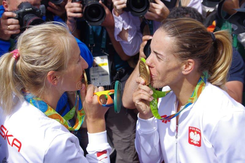 Medalhista de ouro Magdalena Fularczyk-Kozlowska e Natalia Madaj do Polônia em Rio2016 fotos de stock