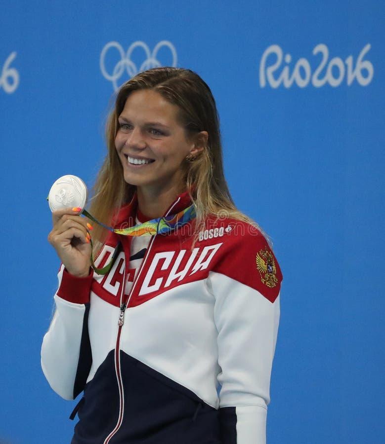 Medalhista de prata Yulia Efimova de Rússia durante a cerimônia da medalha após o final dos bruços do ` s 100m das mulheres do Ri fotos de stock royalty free