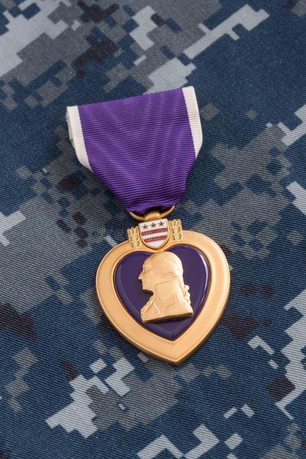 Medalla de la guerra de Purple Heart en el material del camuflaje de la marina de guerra imagen de archivo libre de regalías