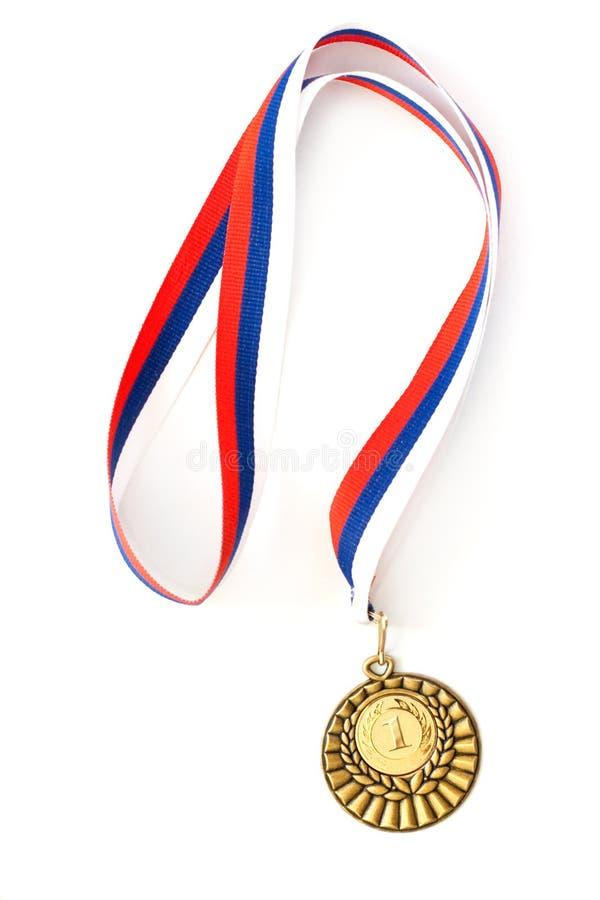 Medalla de oro aislada en blanco imagenes de archivo