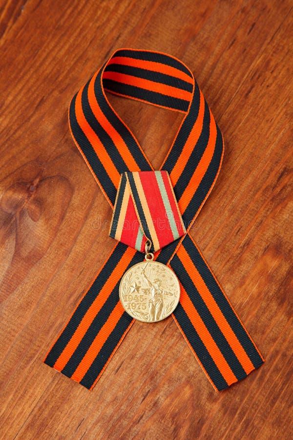 Medalla del jubileo treinta años de victoria en la gran guerra patriótica de 1941-1945 y la cinta de George imágenes de archivo libres de regalías