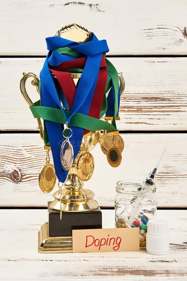 Medallas, trofeo y drogas del doping imagen de archivo libre de regalías
