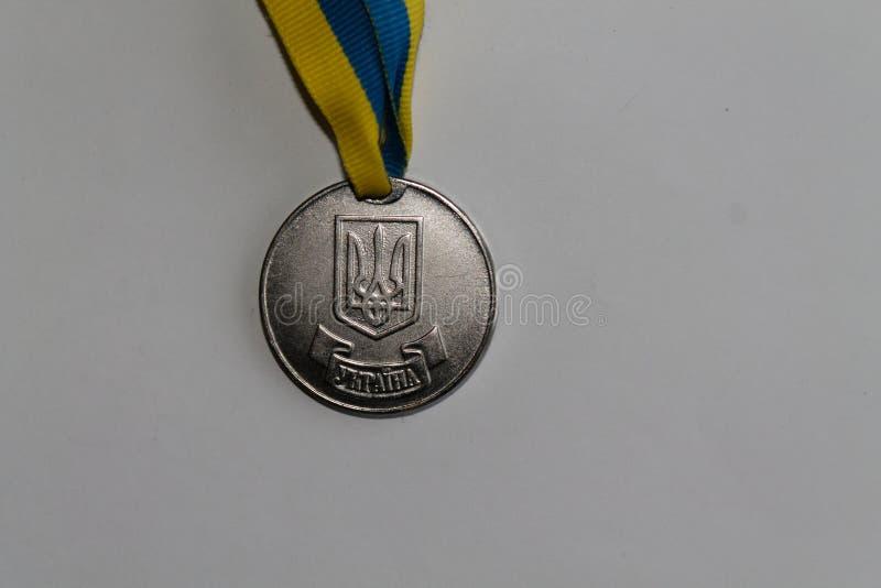 Medallista de plata viejo de Ucrania para la excelencia en la graduación de estudios secundarios - lado trasero imagenes de archivo