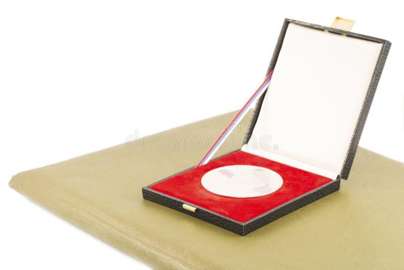 Medallista de plata y diploma imagen de archivo libre de regalías