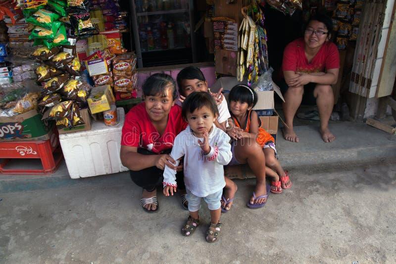 MEDAN, INDONÉSIA - AGOSTO 18,2012: As mulheres e as crianças estão sentando-se fotografia de stock royalty free