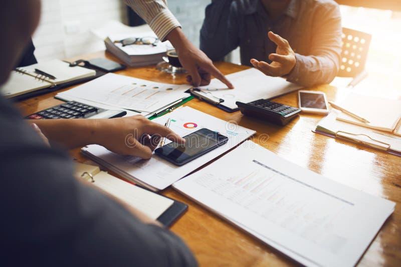 Medarbetare är konsulenter på affärsdokument, skatt royaltyfria foton
