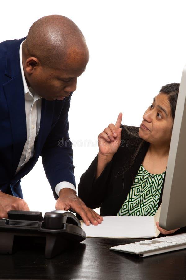 Medarbetare som har ett kollaborativt möte arkivbild