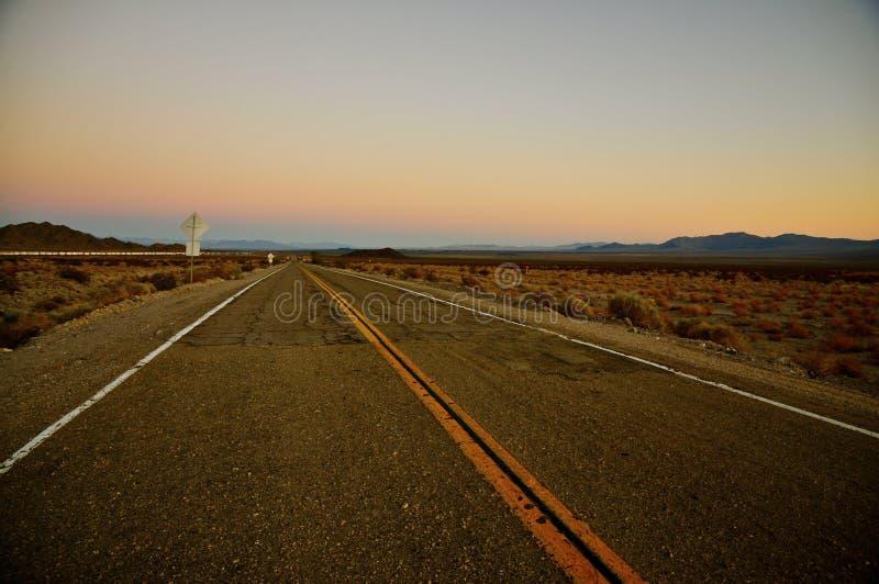 Medborgaren skuggar huvudvägen på solnedgången arkivbild