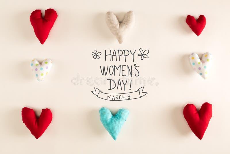 Meddelande för dag för kvinna` s med blåa hjärtakuddar arkivfoto