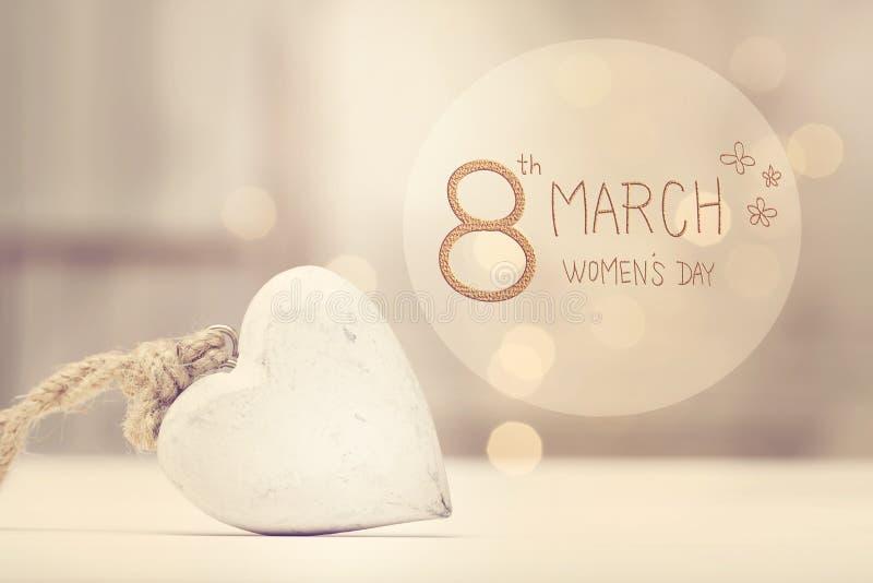 Meddelande för dag för kvinna` s med en vit hjärta royaltyfri fotografi
