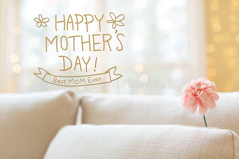 Meddelande för dag för moder` s med blomman i inre rumsoffa arkivfoton