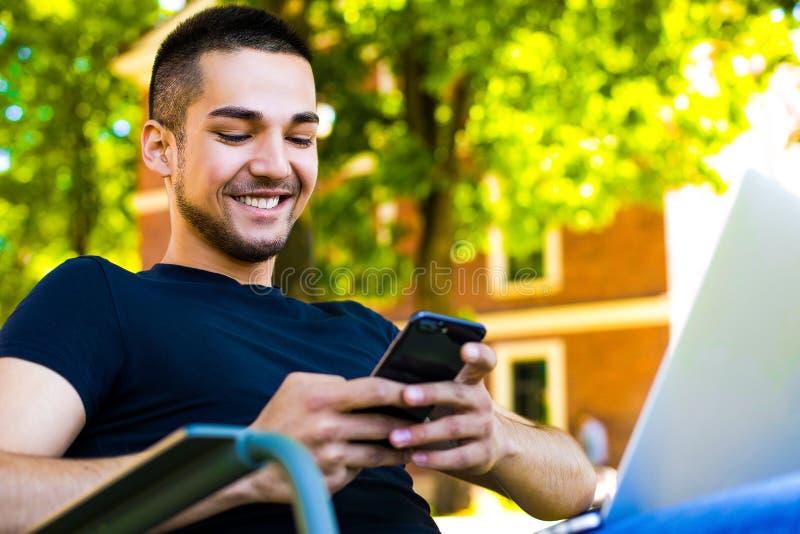 Meddelande för text för lycklig manläsning angenämt på celltelefonen arkivfoto