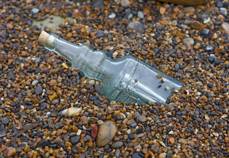 Meddelande i en flaska som frågar för hjälp royaltyfria foton