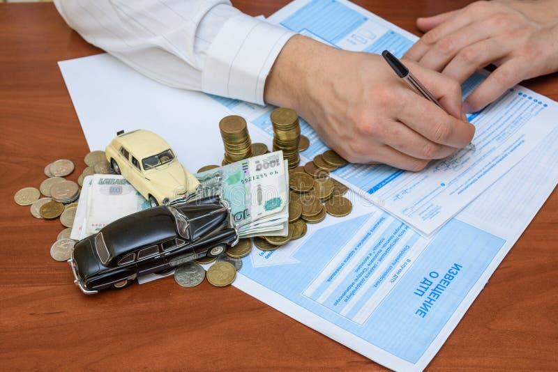 Meddelande om olyckan med pengar- och leksakbilar som ligger på dokumenten royaltyfri bild