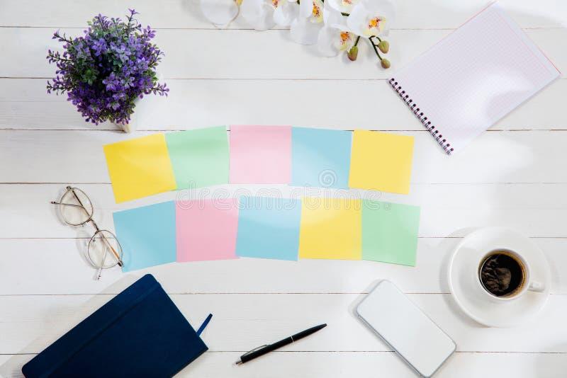 Meddelande på färgrik anmärkningslegitimationshandlingar på en skrivbordbakgrund royaltyfri bild