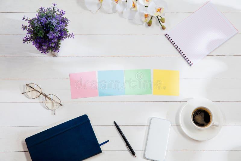 Meddelande på färgrik anmärkningslegitimationshandlingar på en skrivbordbakgrund arkivbild