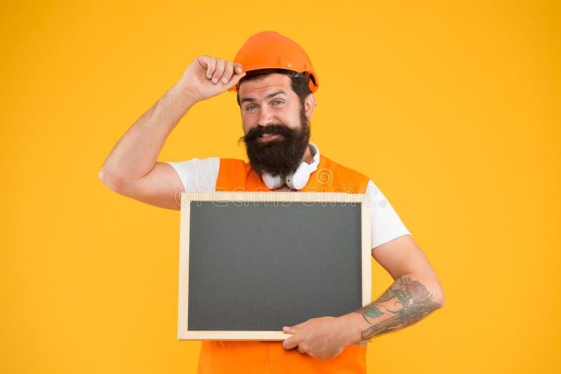 Meddelandetjänster Foreman Builder-koncept Arbetarbyggare med skägnat ansikte Inbyggd hjälm Installera och reparera rör arkivbild