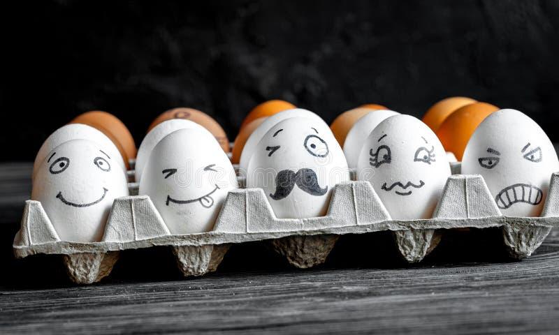 Mededeling en emoties van concepten de de sociale netwerken - de eieren knipogen royalty-vrije stock foto's