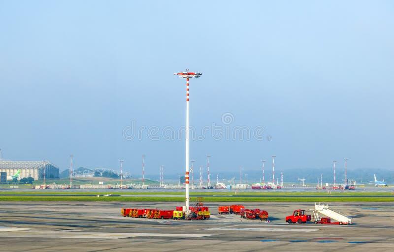 Mededeling en lichte mast bij stock foto
