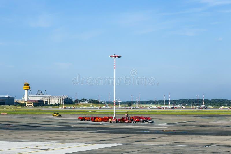 Mededeling en lichte mast bij schort van de Luchthaven van Hamburg stock foto