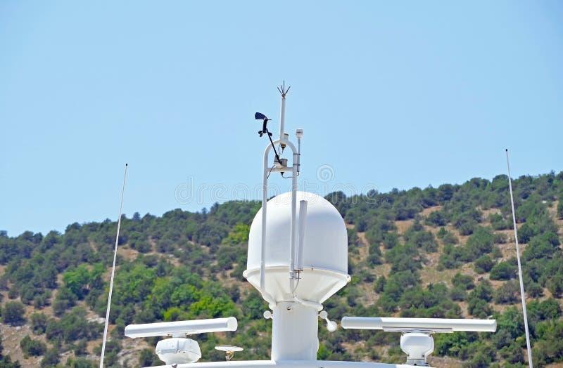 Mededeling en navigatieapparatuur op de mast van schip royalty-vrije stock foto's